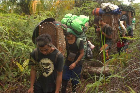 Pemuda desa membantu keperluan survei.
